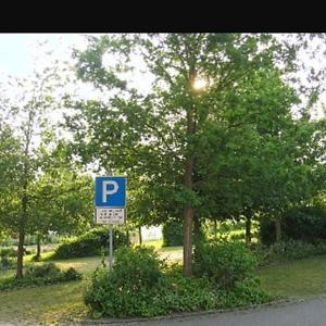 Parkplatz gegenüber vom Sportplatz