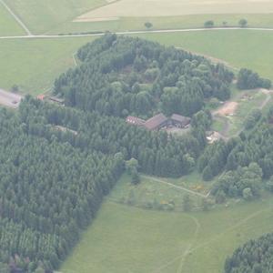 Bunker Parkplatz mit Waldstück