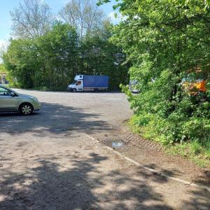Waldgelegener Parkplatz an der Ems